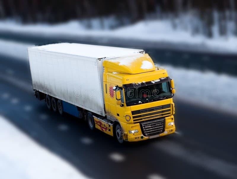 Camion sur la route avec la tache floue de mouvement photographie stock libre de droits
