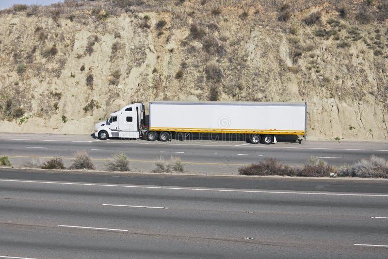 Camion sur une autoroute photographie stock