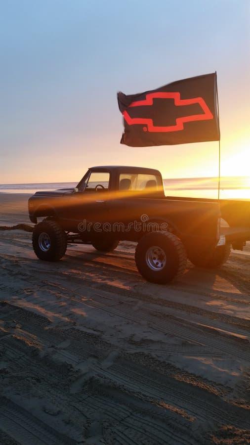 Camion sur une plage sablonneuse image stock