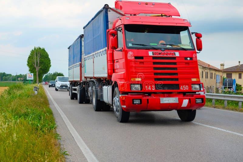 Download Camion Sur Une Route à Rovigo Image éditorial - Image du logistique, automobile: 77159205