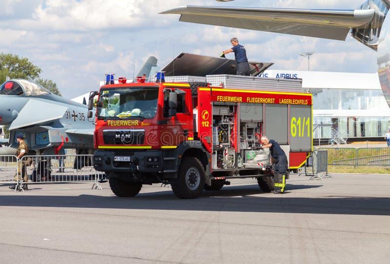Camion tedesco di corpo nazionale dei vigili del fuoco immagine stock
