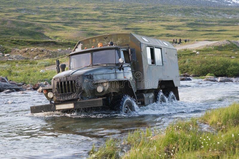 Camion traversant un fleuve images stock