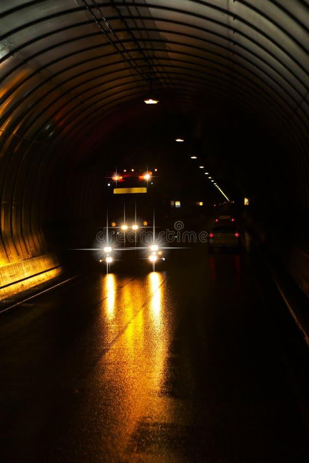 Camion in un tunnel scuro della strada fotografie stock