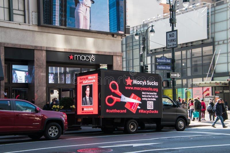 Camion ? une d?monstration contre des pratiques injustes par le magasin de Macy's Le camion a des ?crans d'affichage ? cristaux l photographie stock