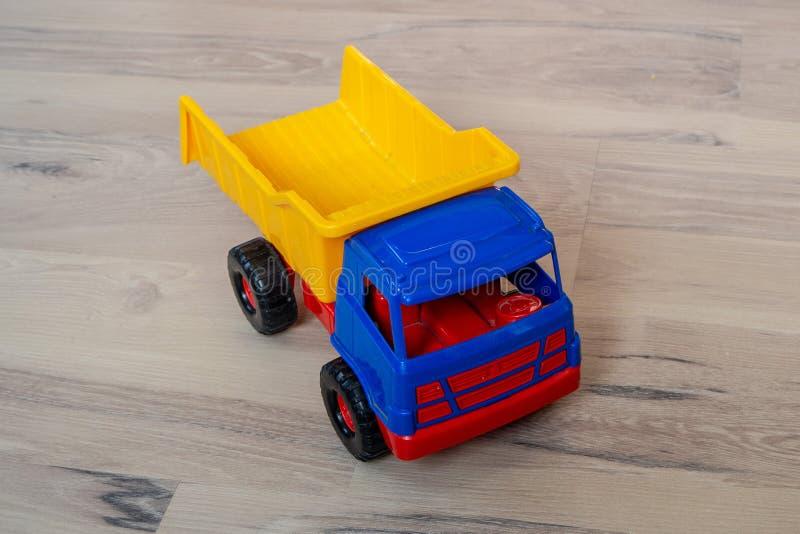 Camion variopinto del giocattolo immagini stock libere da diritti