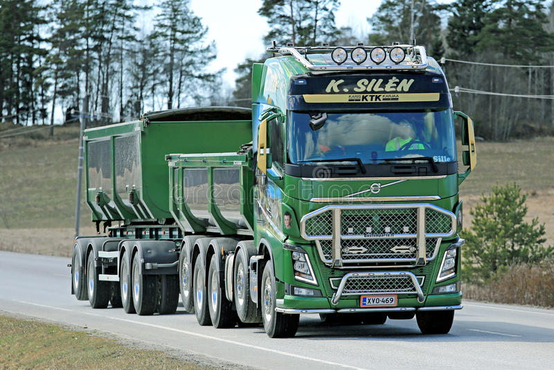 camion verde di volvo fh16 750 per costruzione immagine editoriale