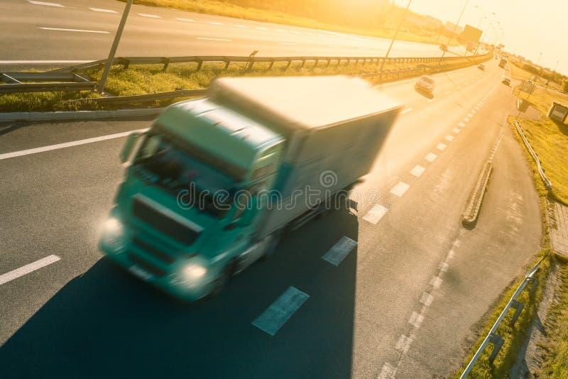 Camion verde nel mosso sulla strada principale fotografie stock libere da diritti