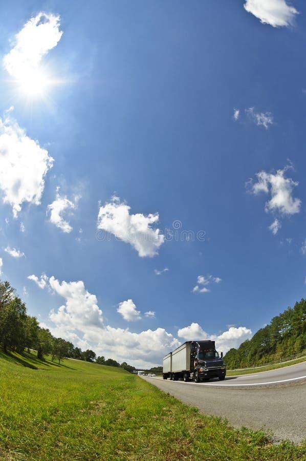 Camion verticale dell'occhio di pesce sulla strada principale immagine stock libera da diritti