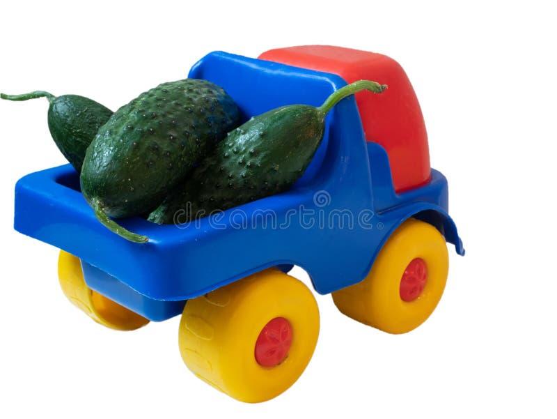 Camion vif coloré de voiture de jouet complètement des concombres verts photos libres de droits