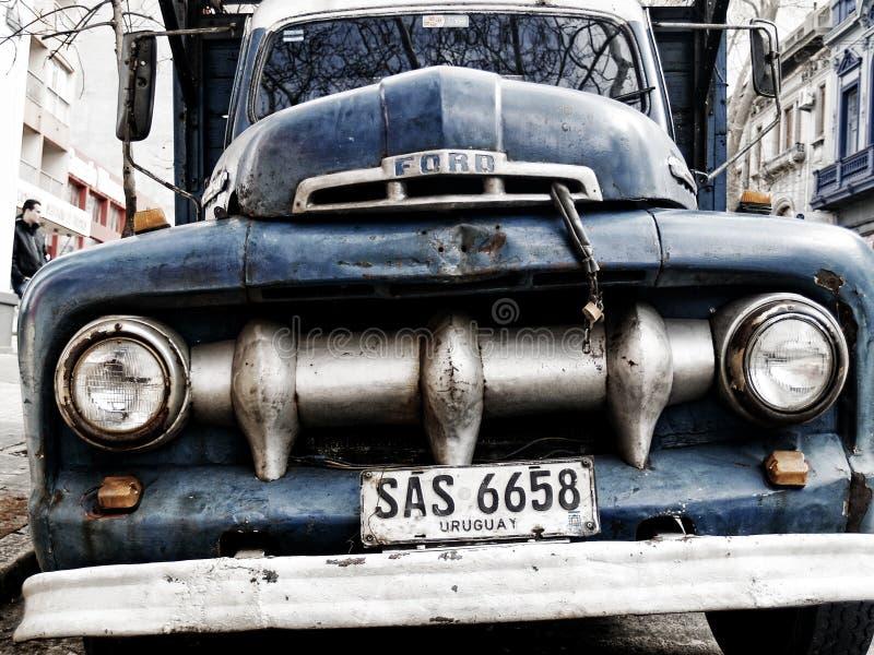 Camioncino 1951 di Ford F-1 a Montevideo immagini stock