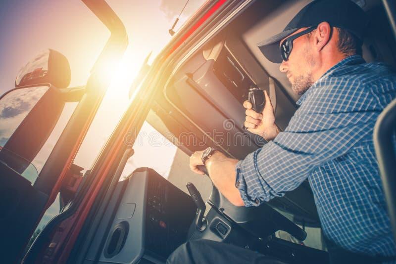 Camionero que se prepara para el viaje imagenes de archivo