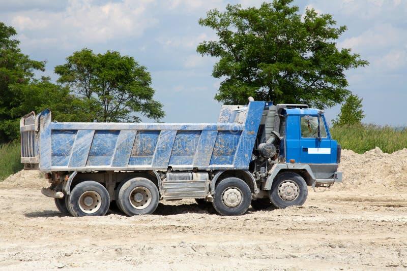 Camiones de la carga con el cuerpo de la descarga imagen de archivo