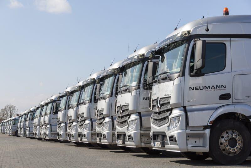 Camiones de Mercedes Benz Actros del alemán de la empresa de transporte Neumann imagen de archivo