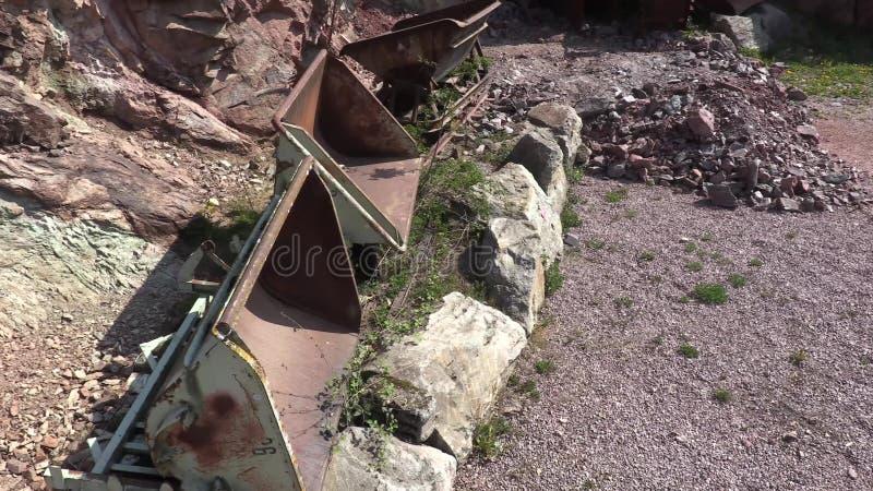 Camiones de mina delante de la mina y de la montaña almacen de metraje de vídeo