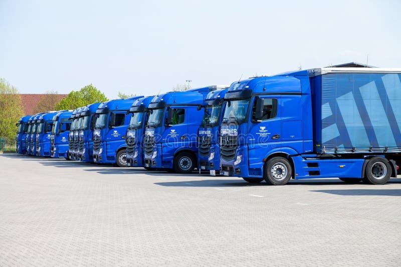Camiones del Benz de Mercedes del gertner de la empresa de transporte, imagen de archivo