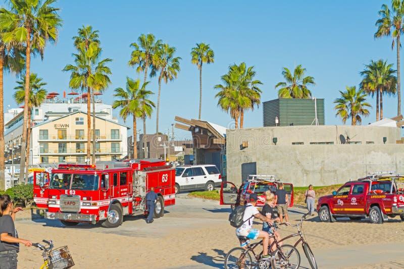 Camiones del Firetruck y del salvavidas en la playa de Venecia imagen de archivo