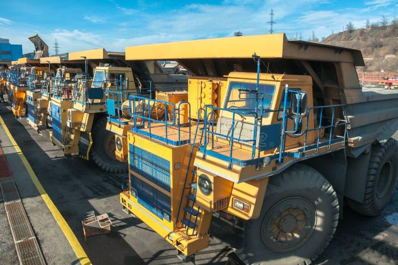 Camiones en las reparaciones fotos de archivo