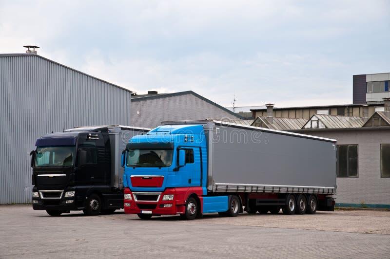Camiones en una fábrica foto de archivo libre de regalías