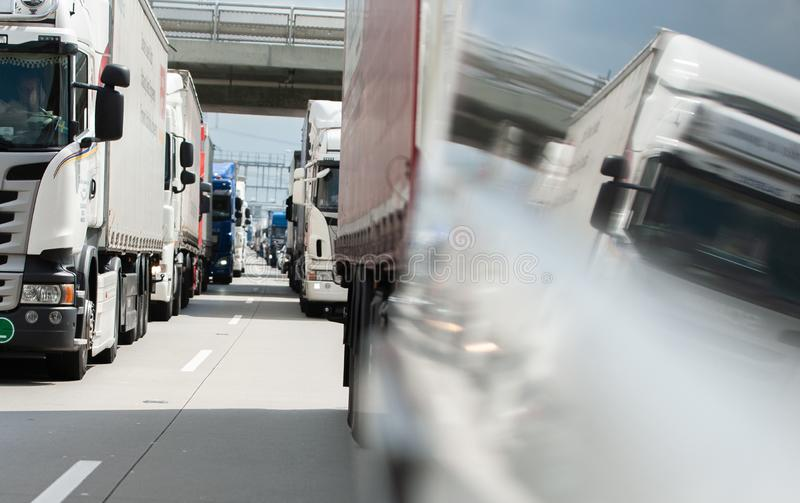 Camiones que colocan en el tráfico el atasco en la Praga Ring Road fotos de archivo