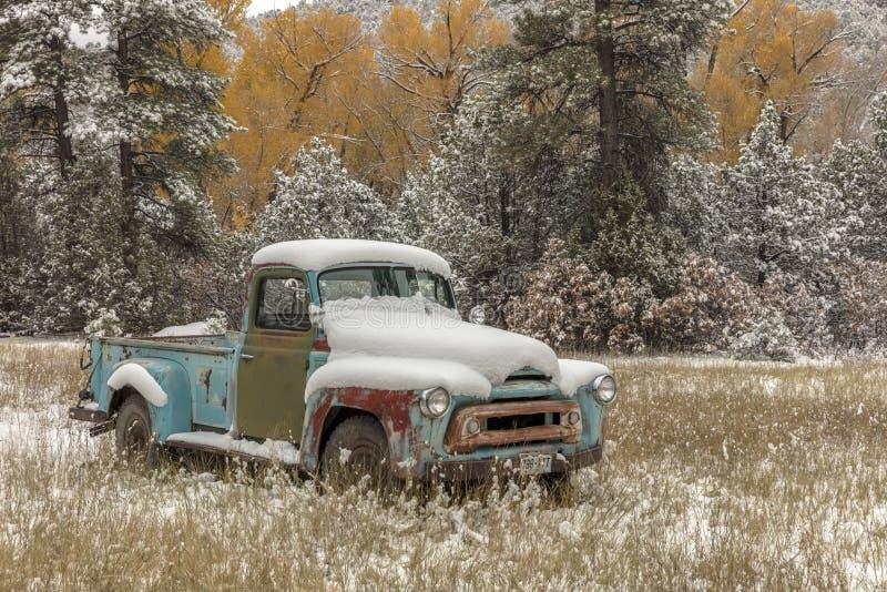 Camioneta pickup abandonada con nieve fresca cerca de Ridgway Colorado apagado foto de archivo