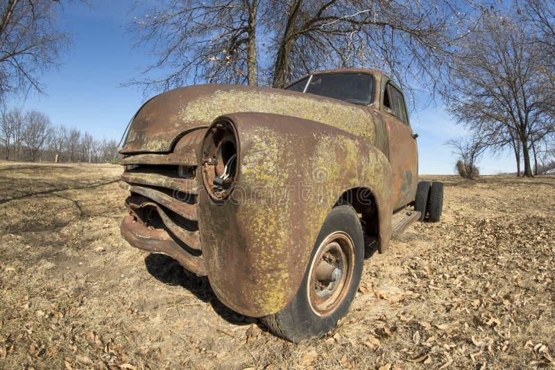 Camioneta pickup aboned vieja oxidada fotografía de archivo