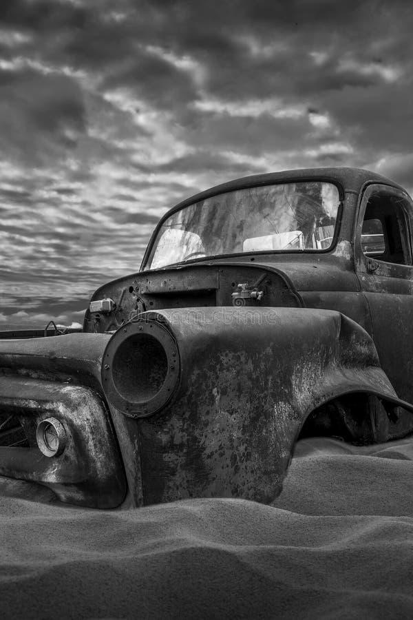 Camioneta pickup aherrumbrada vieja imagen de archivo