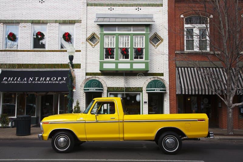 camioneta pickup amarilla antigua en Franklin foto de archivo libre de regalías