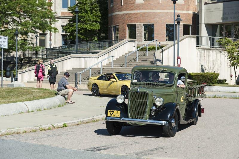 Camioneta pickup antigua en travesía del coche foto de archivo libre de regalías