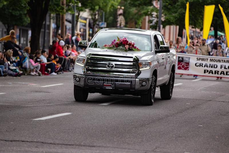Camioneta pickup blanca de Toyota, adornada con el ramo color de rosa fotografía de archivo libre de regalías