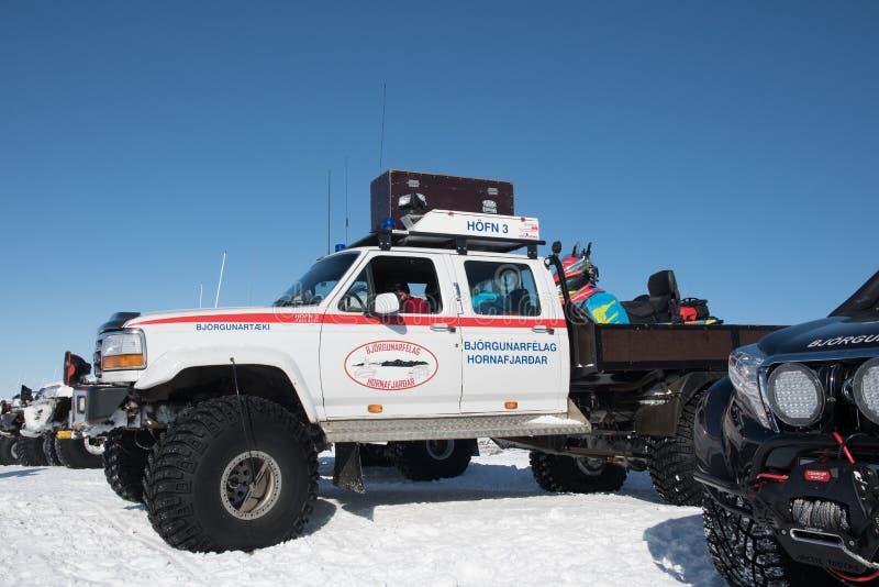 Camioneta pickup modificada de 4x4 Ford F250 de la búsqueda y del rescate de Islandia con una moto de nieve en el CCB fotos de archivo