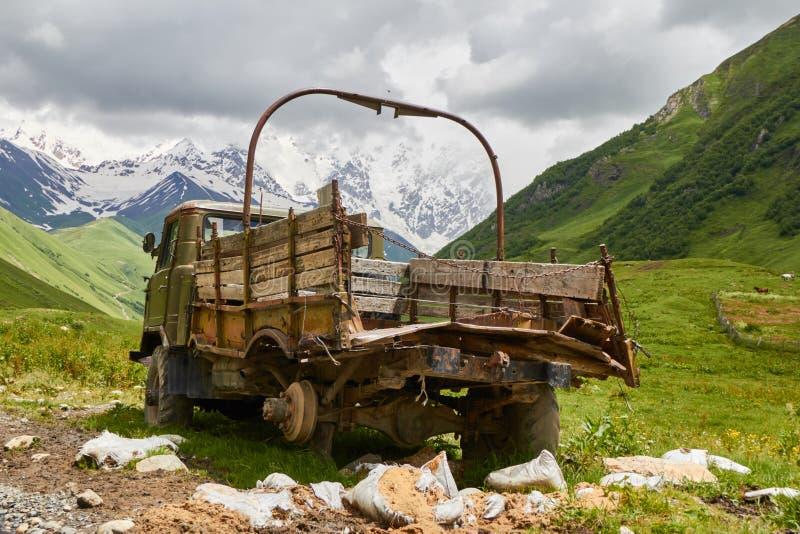 Camioneta pickup vieja en un camino de la montaña fotografía de archivo libre de regalías