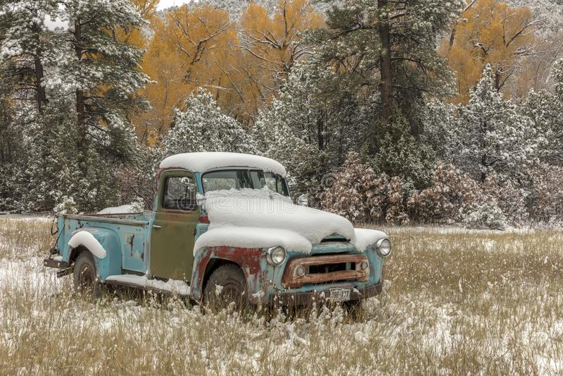 Camionete abandonado com neve fresca perto de Ridgway Colorado fora foto de stock