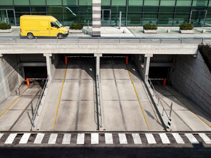 Camionete amarela que corre na rua para entregar pacotes foto de stock royalty free