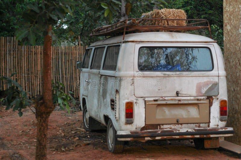 Camionete branca clássica - camionete velha fotografia de stock