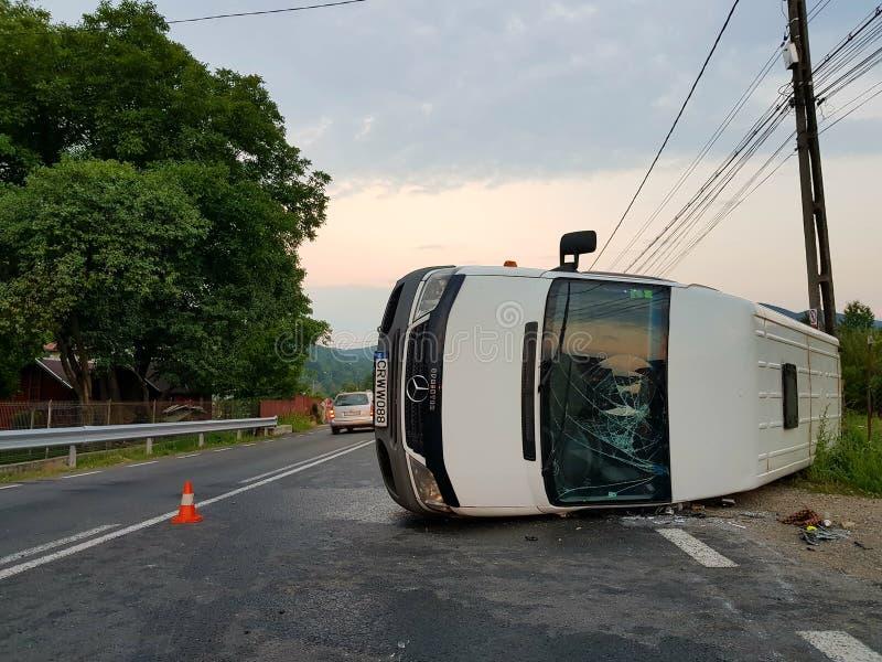 Camionete branca girada de cabeça para baixo em consequência de um acidente imagens de stock royalty free