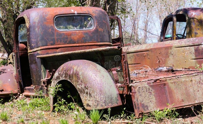 Camionete clássico velho, cemitério de automóveis foto de stock