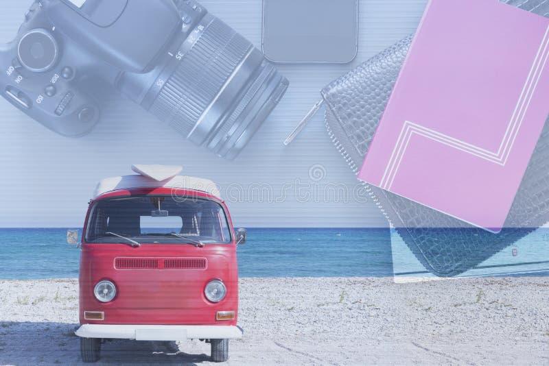 Camionete da exposição dobro em uma praia e em um desktop do curso fotos de stock royalty free