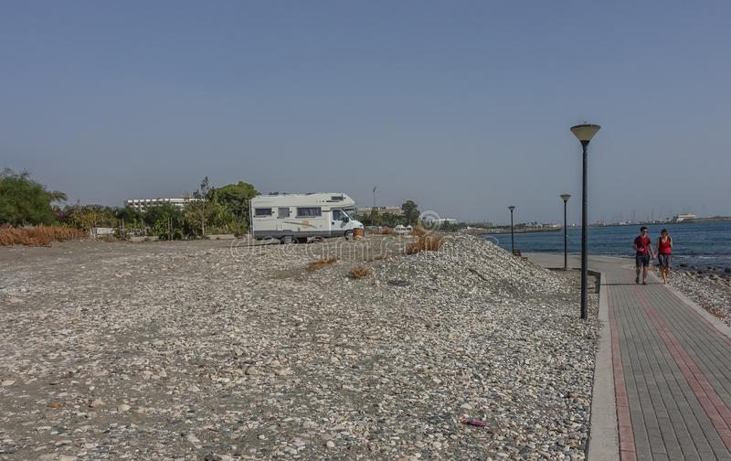 Camionete de campista estacionada perto da praia fotos de stock