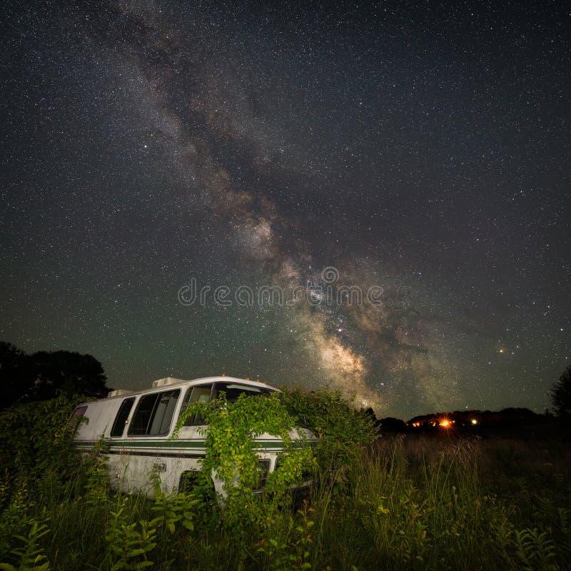 Camionete de campista retro abandonada sob a galáxia da Via Látea imagens de stock royalty free