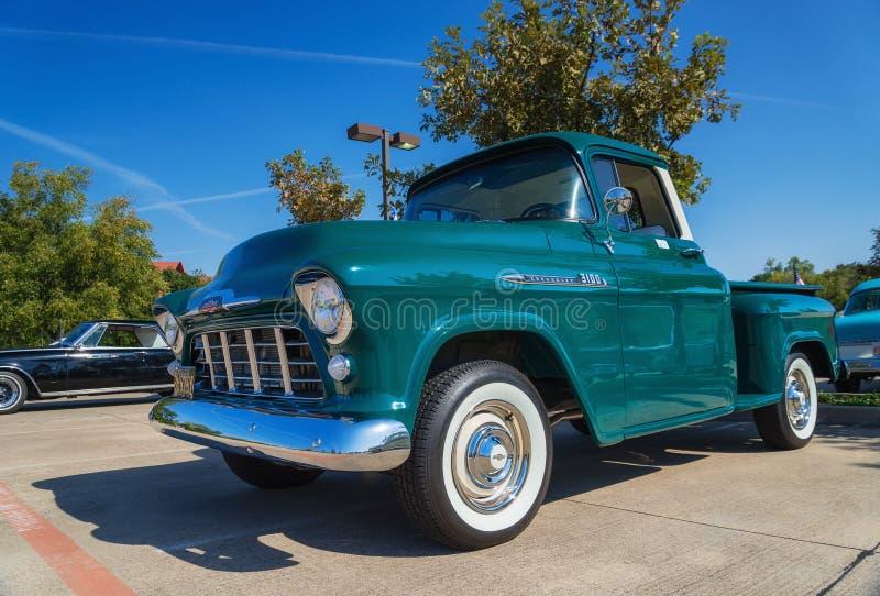 Camionete 1956 de Chevrolet 3100 do verde imagens de stock