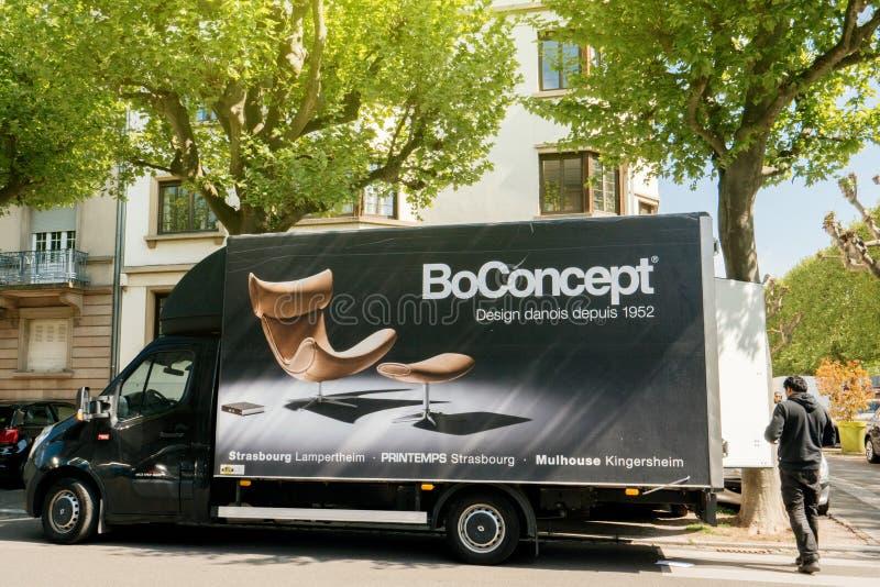 Camionete de entrega da mobília de BoConcept que entrega o furn moderno novo fotografia de stock royalty free