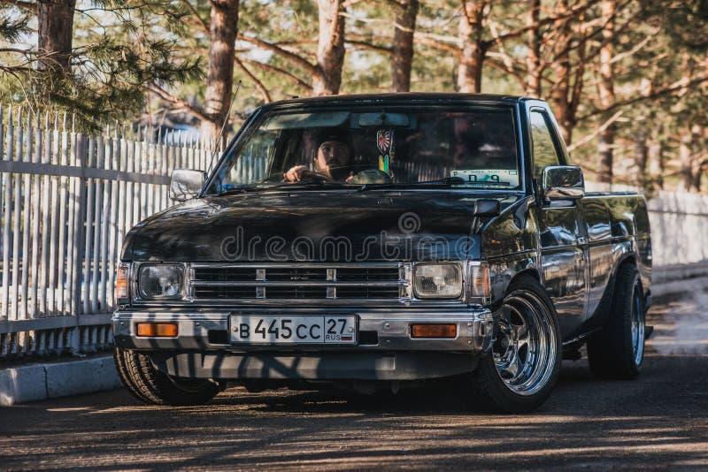 Camionete de Nissan Datsun do carro de motor na rua da cidade foto de stock royalty free