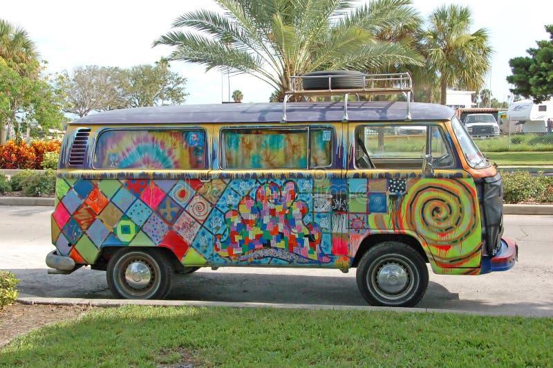 Camionete de Volkwagen com grafittis do hippie fotos de stock royalty free