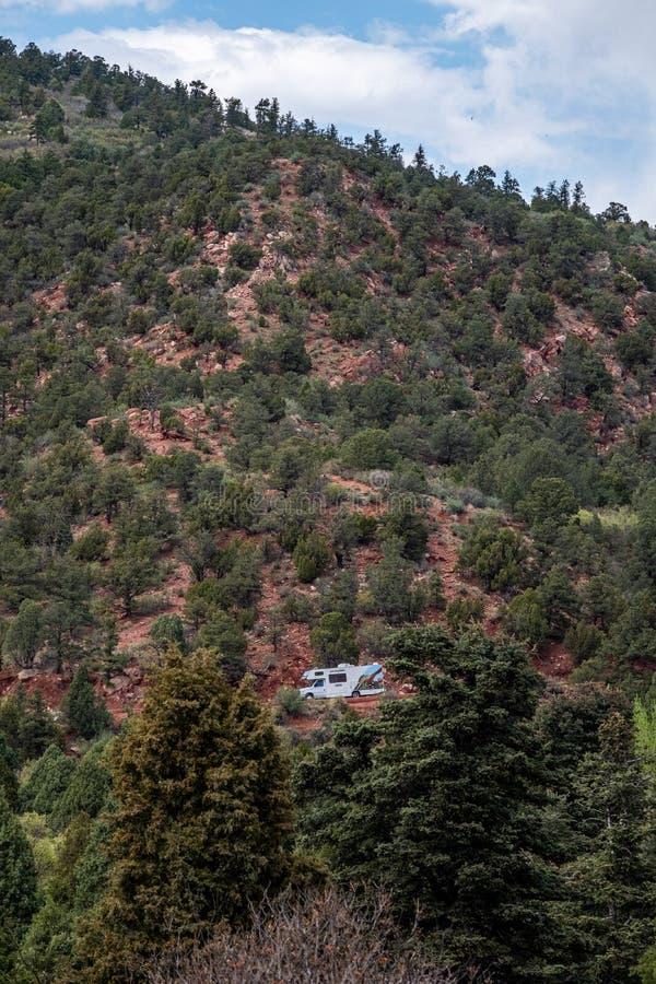 Camionete do curso rv no jardim das montanhas rochosas de Colorado Springs dos deuses foto de stock royalty free