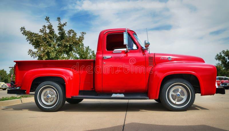 Camionete do F-100 de Ford do vermelho 1955 imagens de stock royalty free