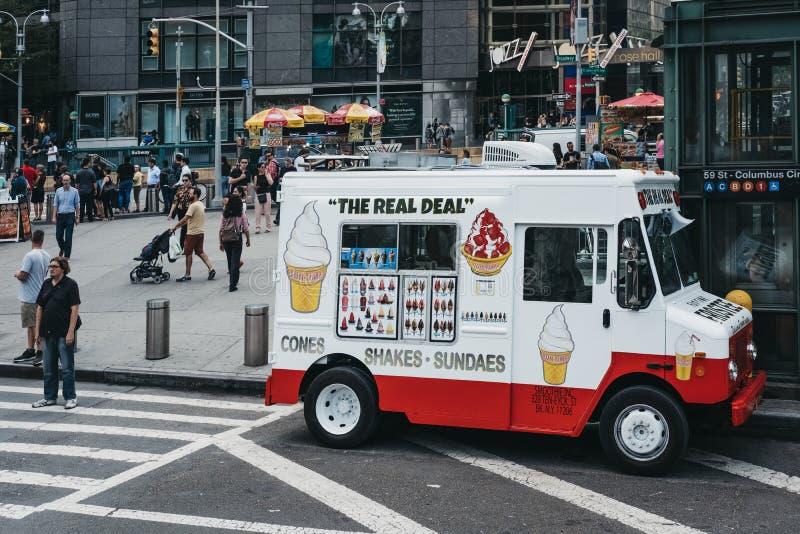 Camionete do gelado em uma rua em New York, EUA imagens de stock