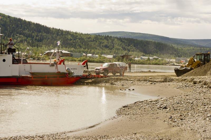 Camionete que conduz na balsa do Rio Yukon foto de stock