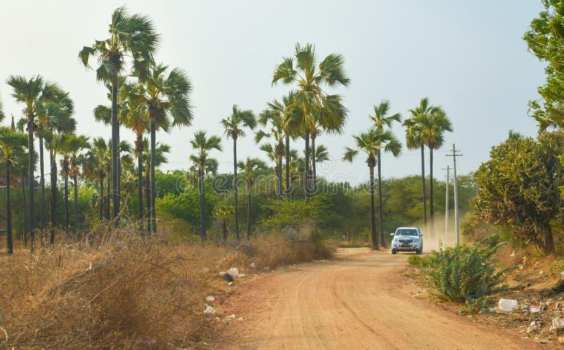 Camionete que conduz na estrada empoeirada vermelha em Bagan velho imagens de stock royalty free