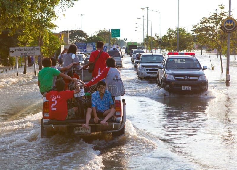 Camionete que transporta vítimas de inundação imagem de stock