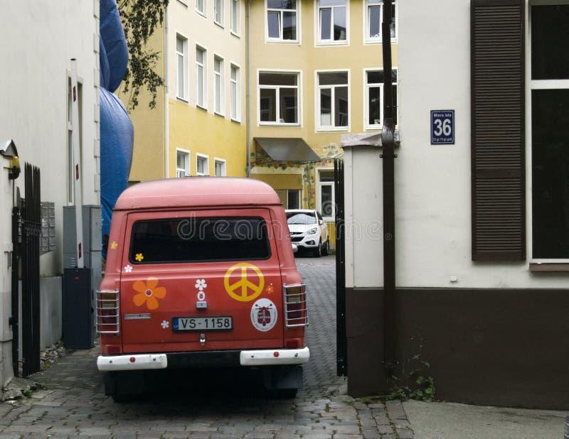 A camionete velha de Ford pintada com símbolos da paz e bens, cultura de juventude de Letónia aprecia o estilo retro imagens de stock royalty free